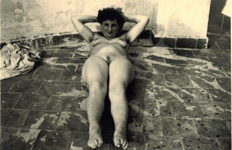 La vieja desnuda