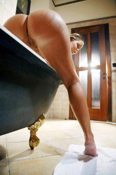 Chica en el baño lavándose el culo