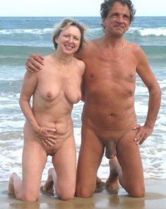 Pareja de maduros en la playa nudista