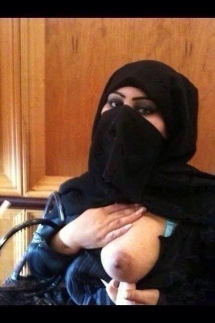 Ärabe con burka enseñando una teta