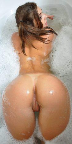 Culo de joven abierto en la bañera