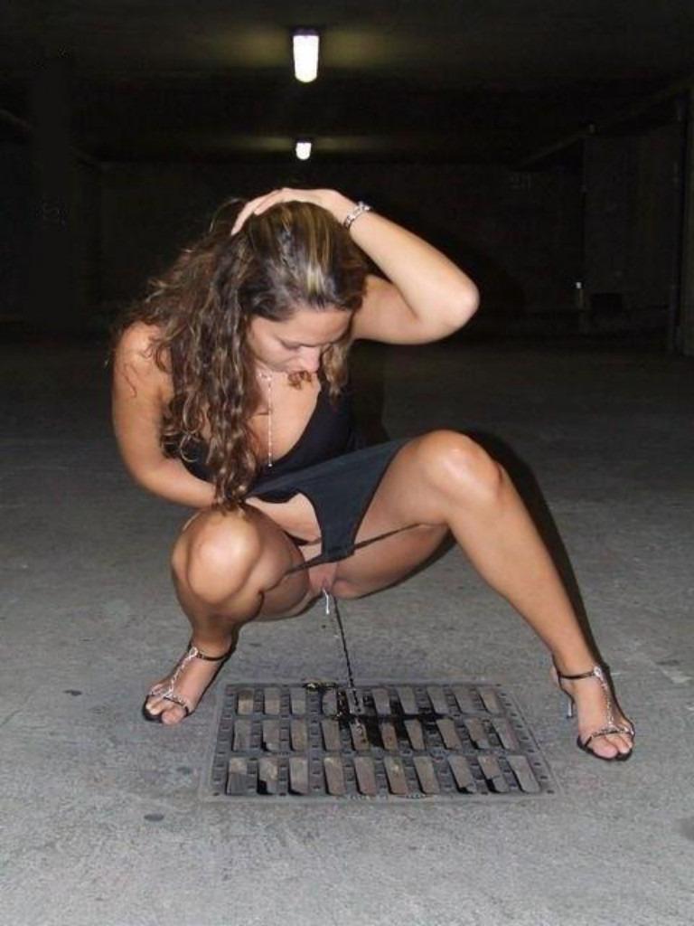 Chica meando en la calle