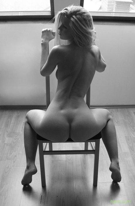 Rubia sentada mostrando culazo
