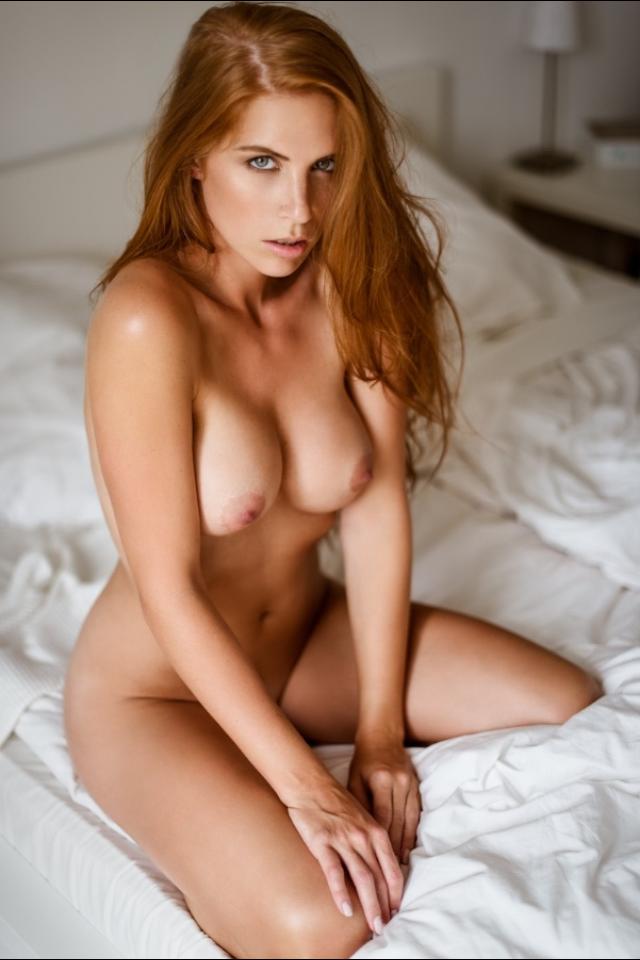 Pelirroja desnuda ardiente