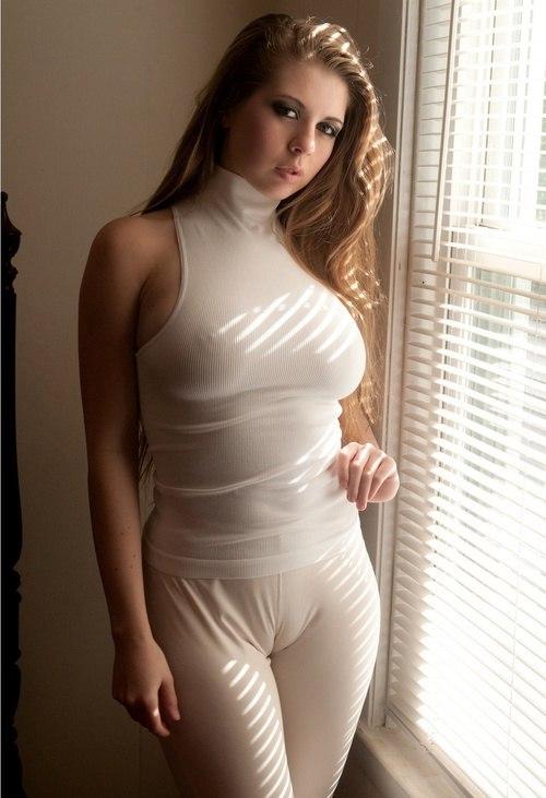 Chica con ropa ajustada marcando coño