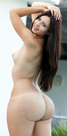 Morena de pelo largo con un buen trasero redondo