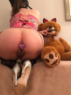 Chica juguetona enseñando su culito hermoso