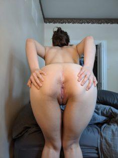 Abriéndose el culo para vérselo bien